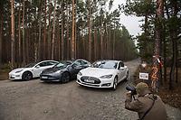 """Am Samstag den 25. Januar 2020 versammelten sich ca. 60 Menschen in der brandenburgischen Ortschaft Gruenheide um fuer die geplante Ansiedlung des Automobilherstellers Tesla zu demonstrieren.<br /> Im Bild: Befuerworter der Autofabrik aus Berlin und Sachsen haben sich im Anschluss an die Veranstaltung mit ihren Tesla-Fahrzeugen fuer ein symbolisches Foto vor die Zufahrt der geplanten """"Gigafactory"""" gestellt.<br /> 25.1.2020, Gruenheide<br /> Copyright: Christian-Ditsch.de<br /> [NUR FUER REDAKTIONELLE ZWECKE! Werbung nur auf Anfrage beim Fotografen. Inhaltsveraendernde Manipulation des Fotos nur nach ausdruecklicher Genehmigung des Fotografen. Vereinbarungen ueber Abtretung von Persoenlichkeitsrechten/Model Release der abgebildeten Person/Personen liegen nicht vor. NO MODEL RELEASE! Don't publish without copyright Christian-Ditsch.de, Veroeffentlichung nur mit Fotografennennung, sowie gegen Honorar, MwSt. und Beleg. Konto: I N G - D i B a, IBAN DE58500105175400192269, BIC INGDDEFFXXX, Kontakt: post@christian-ditsch.de<br /> Bei der Bearbeitung der Dateiinformationen darf die Urheberkennzeichnung in den EXIF- und  IPTC-Daten nicht entfernt werden, diese sind in digitalen Medien nach §95c UrhG rechtlich geschuetzt. Der Urhebervermerk wird gemaess §13 UrhG verlangt.]"""