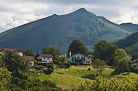 Europe/France/Aquitaine/64/Pyrénées-Atlantiques/Pays-Basque/Sare: Maisons du village et Pyrénées Basques