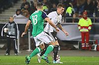 Toni Kroos (Deutschland Germany) gegen Aaron Hughes (Nordirland, Northern Ireland)- 11.10.2016: Deutschland vs. Nordirland, HDI Arena Hannover, WM-Qualifikation Spiel 3
