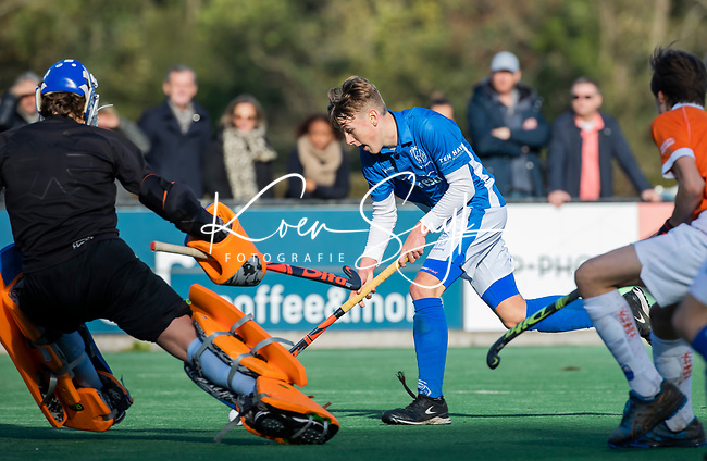 BLOEMENDAAL  -  Mats Gruter (Kampong)   met keeper Allard Andre de la Porte, competitiewedstrijd junioren  landelijk  Bloemendaal JB1-Kampong JB1 (4-3) . COPYRIGHT KOEN SUYK