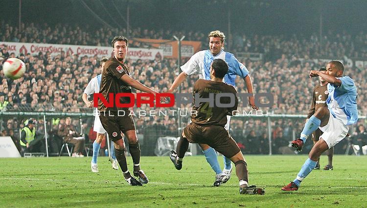 2.Liga 2007/2008  11. Spieltag Hinrunde<br /> FC St.Pauli &ndash; vs. SV Wehen Wiesbaden<br /> <br /> Torschuetze Bakary Diakit&eacute;, Wehen (Nr.25, rechts) zieht ab. Ronny K&ouml;nig schaut zu, St.Paulis Marcel Eger (Nr.4) kommt zu sp&auml;t.<br /> <br /> <br /> Foto &copy; nph (nordphoto)<br /> <br /> *** Local Caption ***