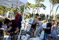 Roma, 25 Agosto 2016<br /> Cittadine e cittadini si mobilitano per raccogliere aiuti per le vittime del terremoto nel centro Italia.<br /> Nelle foto il punto di raccolta organizzato dal Comune di Roma con volontari davanti il municipio VII di Cinecittà
