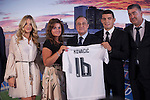 Real Madrid's new soccer player Mateo Kovacic (2R) poses with club President Florentino Perez and his family during his official presentation at the Santiago Bernabeu stadium in Madrid, Spain. August 19, 2015. (ALTERPHOTOS/Victor Blanco)