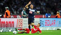 1. Oktober 2011: Berlin, Olympiastadion: Fussball 1. Bundesliga, 8. Spieltag: Hertha BSC - 1. FC Koeln: Berlins Aenis Ben-Hatira (blau) gegen Koelns Slawomir Peszko (rot).