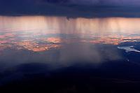 4415/Regen in Spanien:SPANIEN, MADRID, 13.08.2003:Regenschauer aus einem Cumulonimbus (Gewitterwolke) im Nationalpark Caza de Sonaz (nordöstlich von Madrid).  Rechts ist der Stausee Embalse  de  El Vado zu sehen. Regen, Wasser, Ende der Trockenzeit, Nass,