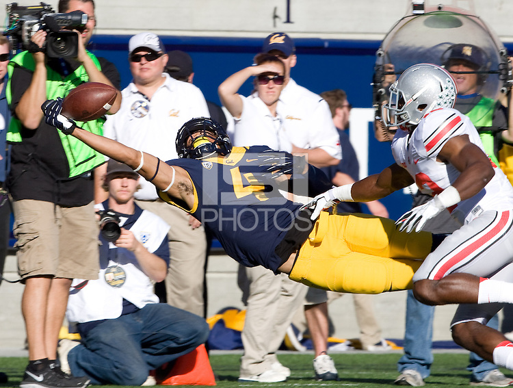 Kenny Lawler of California reaches out to make a catch during the game against Ohio State at Memorial Stadium in Berkeley, California on September 14th, 2013.  Ohio State defeated California, 52-34.
