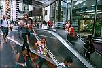 Pessoas na entrada da estaçao do Metro, Avenida Paulista, Sao Paulo. 2018. Foto de Juca Martins.