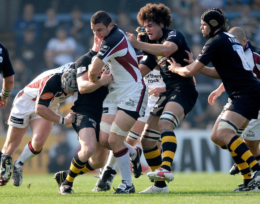 Photo: Richard Lane..London Wasps v Newcastle Falcons. Guinness Premiership. 15/10/2006. .Falcons' Phil Dowson attacks.