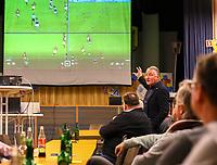 DFB-Schiedsrichter-Lehrwart Lutz Wagnerdemonstriert die Arbeitsweise beim Videobeweis im Keller in Köln bei seinem Vortrag im Volkshaus Büttelborn - Büttelborn 11.02.2019: Vortrag von Schiedsrichterlehrwart Lutz Wagner bei der SKV Büttelborn