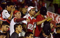 TUNJA -COLOMBIA, 30-01-2016. Hinchas de Independiente Santa Fe animan a su equipo durante el encuentro con Boyacá Chicó por la fecha 1 Liga Águila I 2016 realizado en el estadio La Independencia en Tunja. / Fans of Independiente Santa Fe cheer for their team duriong the match against Boyaca Chico for the date 1 of Aguila League I 2016 played at La Independencia stadium in Tunja. Photo: VizzorImage/César Melgarejo/Cont
