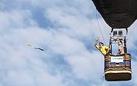 TORRES, RS, 02 DE MAIO 2013 - FESTIVAL INTERNACIONAL  DE BALONISMO - O competidor gaucho Murilo Hoffmann de Souza, durante a primeira prova do Festival Internacional de Balonismo, em Torres, litoral norte do Rio Grande do Sul, na manhã desta quinta-feira, 02. O evento reunirá pilotos de vários lugares do mundo como Argentina, Peru, Austrália, França e Reino Unido e segue até domingo (5).(FOTO: WILLIAM VOLCOV / BRAZIL PHOTO PRESS).