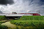BLEISWIJK - Op het grootste spoorviaduct van de Hsl over de snelweg A12 rijdt een Thalys-trein met een snelheid van 330 km/uur over het nieuwe spoordek. Deze week gaat de trein talrijke ritten maken tussen Hoofddorp en Rotterdam om het spoor, de belasting en ondermeer de bovenleiding te testen. COPYRIGHT TON BORSBOOM