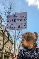 Manifestazione per il clima<br /> Bambina di profilo con cartello