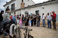 Un prete benedice i mandriani e la mandria di vacche prima di iniziare la transumanza..A priest blesses the cowboys before the departure