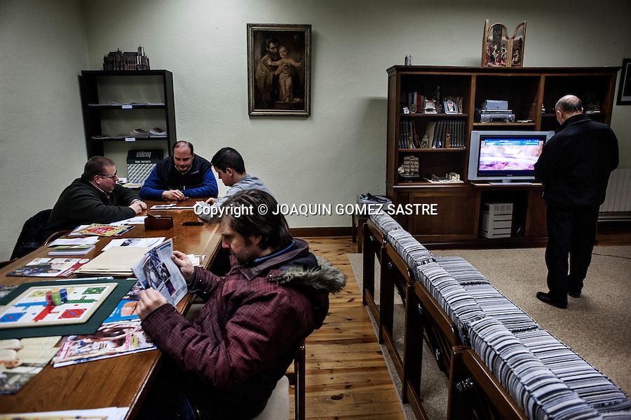 Despues de la cena los seminaristas tienen un rato de ocio para ver la tele, jugar al domino o simplemente leer