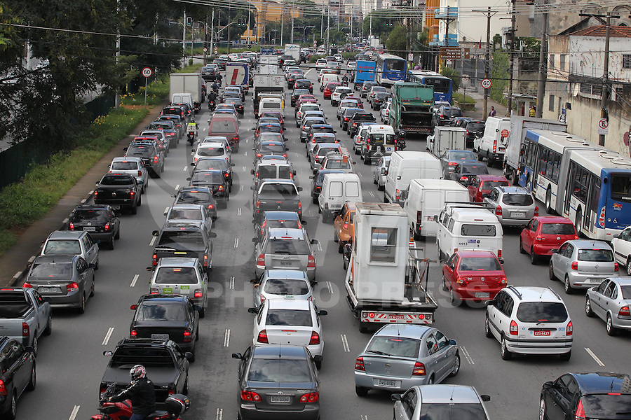 SAO PAULO, SP, 04 FEVEREIRO 2013 - TRANSITO CAPITAL PAULISTA - Transito em Sao Paulo, na foto a Av. Tiradente sentido centro da capital na manha dessa segunda -feira( 4). FOTO: LUIZ GUARNIERI / BRAZIL PHOTO PRESS.