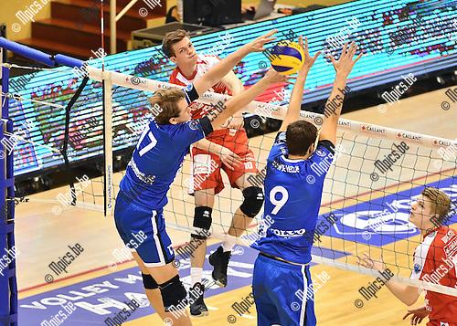 2016-10-16 / Volleybal / Seizoen 2016-2017 / Antwerpen - Roeselare / Jolan Cox (Antwerpen) verlaat het blok van Orczyk en Van de Velde (r.)<br /> <br /> ,Foto: Mpics.be