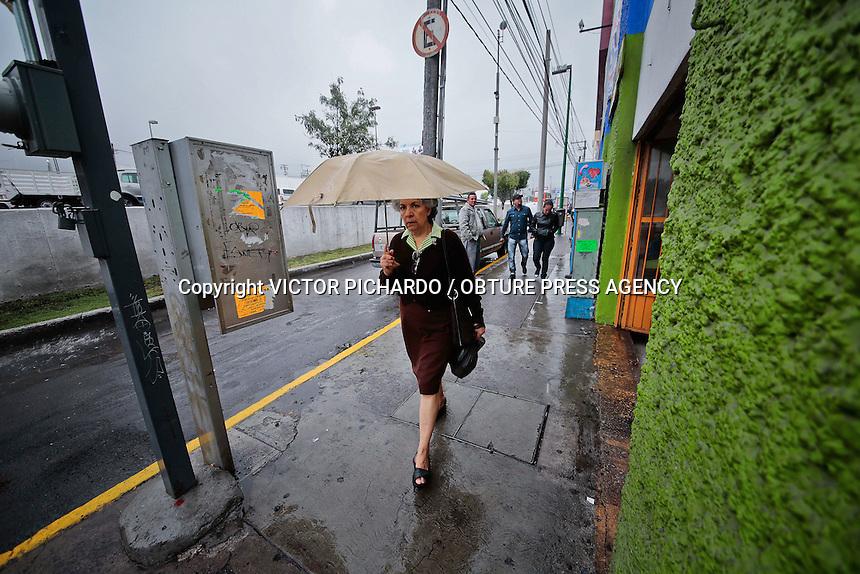 Querétaro, Qro. 18 Marzo 2015.- La capital del estado de Querétaro se ha visto afectada por lluvias moderadas  a leves durante la mañana y tarde de este jueves. Se pronostíca lluvia mas intensa para la tarde-noche; este clima prevalecerá durante los próximos días.  Foto: Victor Pichardo / Obture Press Agency