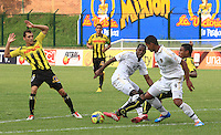 FLORIDABLANCA - COLOMBIA -15 -03-2014: David Valencia (Der.) jugador de Alianza Petrolera disputa el balón con Jorge Ramos (Izq. jugador de Fortaleza FC, durante partido por la fecha once de la Liga Postobon I-2014, jugado en el estadio Alvaro Gomez Hurtado de la ciudad de Floridablanca. / David Valencia (R) player  of Alianza Petrolera vies for the ball with Jorge Ramos (L) player of Fortaleza FC, during a match for the date eleven of the Liga Postobon I-2014 at the Alvaro Gomez Hurtado stadium in Floridablanca city  Photo: VizzorImage  / Duncan Bustamente / Str.