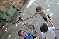 2011 Mokattam Garbage City (alla periferia del Cairo) il quartiere copto dove si vive in mezzo alla spazzatura raccolta: bambini che giocano.