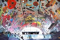 Nederland -  Rotterdam - juni 2018. De Markthal in Rotterdam is een woon- en winkelgebouw met inpandige markthal, gesitueerd bij Blaak. Naast een overdekte markt herbergt het complex 228 appartementen, winkels en horeca. Het gebouw is een ontwerp van MVRDV architecten. Het plafond is ontworpen door Arno Coenen en Iris Roskam. Foto Berlinda van Dam / Hollandse Hoogte