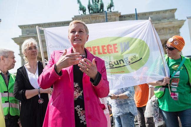 Pflege in Bewegung - Bundesweite Gefaehrdungsanzeige.<br /> Am Freitag den 12. Mai fand in Berlin zum &quot;Internationaler Tag der Pflege&quot; die Abschlussveranstaltung der Aktionskampagne &quot;bundesweite Gefaehrdungsanzeige&quot; am Brandenburger Tor statt.<br /> Neben Redebeitraegen von Politik gab es es Statements von Initiatoren der Kampagne und Aktivisten der Pflegeszene, sowie Politiker der Linkspartei, der SPD und der Gruenen. Erstmals wurde das Strategiepapier &quot;Zukunft(s)Pflege&quot; oeffentlich vorgestellt.<br /> Im Anschlus wurden ueber 8.500 Unterschriften im Bundesgesundheitsministerium uebergeben.<br /> Im Bild:  Elisabeth Scharfenberg von der SPD redet zu den Kundgebungsteilnehmern.<br /> 12.5.2017, Berlin<br /> Copyright: Christian-Ditsch.de<br /> [Inhaltsveraendernde Manipulation des Fotos nur nach ausdruecklicher Genehmigung des Fotografen. Vereinbarungen ueber Abtretung von Persoenlichkeitsrechten/Model Release der abgebildeten Person/Personen liegen nicht vor. NO MODEL RELEASE! Nur fuer Redaktionelle Zwecke. Don't publish without copyright Christian-Ditsch.de, Veroeffentlichung nur mit Fotografennennung, sowie gegen Honorar, MwSt. und Beleg. Konto: I N G - D i B a, IBAN DE58500105175400192269, BIC INGDDEFFXXX, Kontakt: post@christian-ditsch.de<br /> Bei der Bearbeitung der Dateiinformationen darf die Urheberkennzeichnung in den EXIF- und  IPTC-Daten nicht entfernt werden, diese sind in digitalen Medien nach &sect;95c UrhG rechtlich geschuetzt. Der Urhebervermerk wird gemaess &sect;13 UrhG verlangt.]