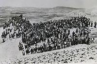 Una foto storica di contadini siciliani durante l'occupazione delle terre in Sicilia.