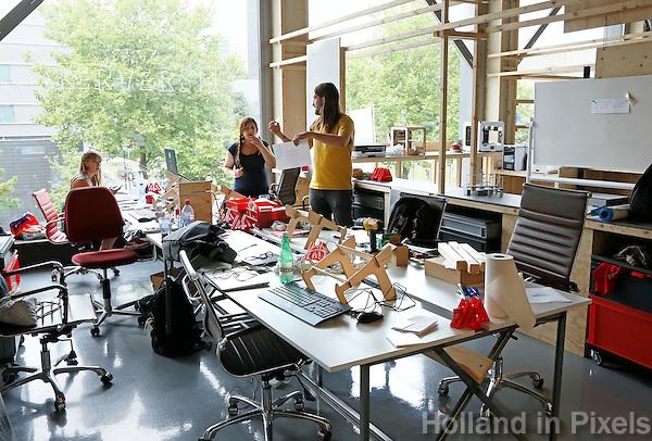 Nederland  Amsterdam  2016 .  Amsterdam Maker Festival. Het Amsterdam Maker Festival maakt onderdeel uit van een nieuw concept ;  Nerderlands. Het doel van het festival is om Makers in contact te brengen met het grote publiek en elkaar te laten zien hoe leuk en nuttig Maken is.  Op de foto Makerversity in Gebouw 27. Op het Marineterrein bevindt zich vanaf april 2016 de Makerversity met circa 200 creatieve Makers. In het gebouw zijn werkruimten, onderwijsfaciliteiten en een cafe gevestigd.  Het doel van medeoprichter Tom Tobia is om start-ups te helpen groeien en jonge creatieve professionals voor te bereiden op hoogwaardige banen binnen innovatieve sectoren. Foto Berlinda van Dam / Hollandse Hoogte