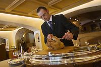Europe/France/Rhone-Alpes/74/Haute-Savoie/Megève:  Restaurant 1920, au Chalet du Mont d'Arbois- Découpe des volailles de Bresse AOC sur le chariot à découper [Autorisation : 28101]