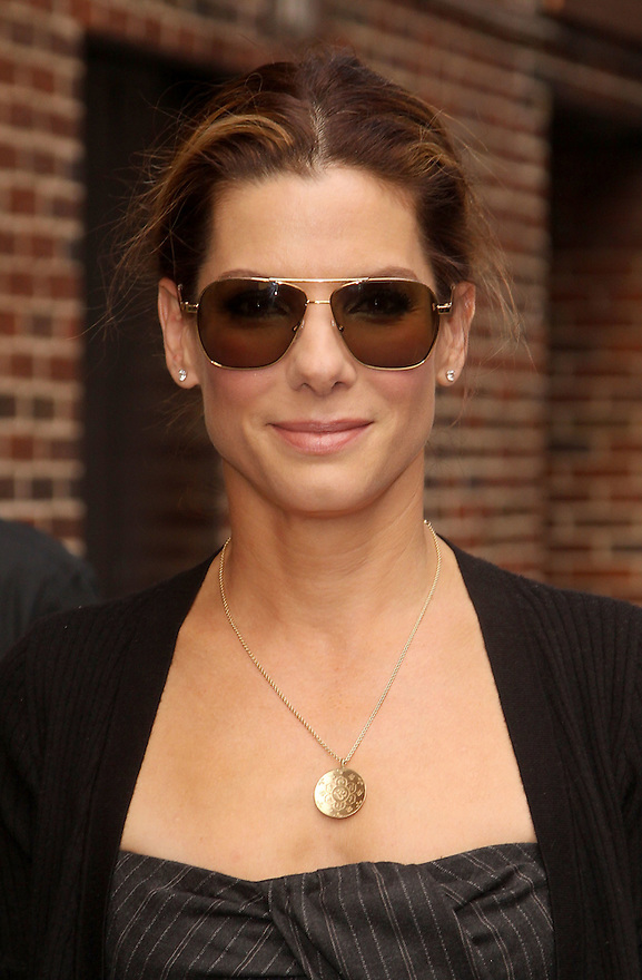 "NEW YORK - JUNE 08:  Sandra Bullock   visits ""Late Show With David Letterman"" at Ed Sullivan Theater on June 8, 2009 in New York City.  (Photo by Soul Brother/FilmMagic)"