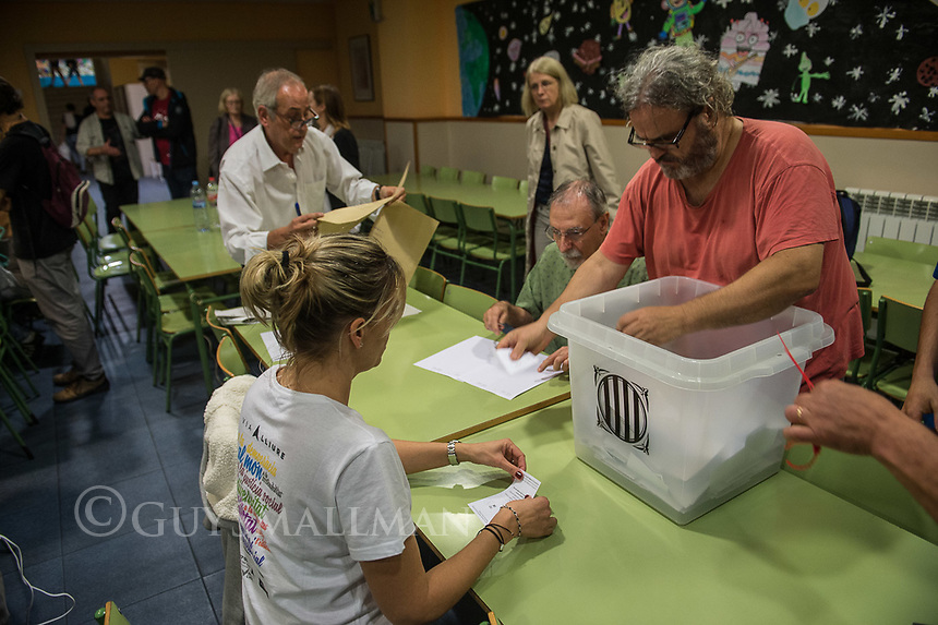 Catalan independence vote in Barcelona. The election goes ahead at a polling staion at the 'Ecole Barcelona' School despite the election being declared illegal by the government. 1-10-17 The counting of the vote begins.