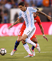 NEW JERSEY - UNITED STATES, 26-06-2016: Angel Di Maria (Izq) jugador de Argentina (ARG) disputa el balón con Mauricio Isla (Der) jugador de Chile (CHI) durante partido por la final de la Copa América Centenario USA 2016 jugado en el estadio Metlife en New Jersey, NJ, USA. /  Angel Di Maria  (L) player of Argentina (ARG) fights the ball with Mauricio Isla (R) player of Chile (CHI) during match for the final of the Copa América Centenario USA 2016 played at Metlife stadium in New Jersey, NJ, USA. Photo: VizzorImage/ Luis Alvarez /Str