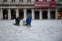 191116 -- VENICE, Nov. 16, 2019 -- People wade through the flood in Venice, Italy, Nov. 15, 2019. The Italian government declared a state of emergency in Venice, after the ancient lagoon city was severely flooded earlier this week, Prime Minister Giuseppe Conte said on Thursday. At least two people died and severe damages were registered in Italy s lagoon city of Venice, following the highest water tide since 1960s, local authorities said on Wednesday. Photo by Alberto Lingria/Xinhua ITALY-VENICE-FLOOD ChengxTingting PUBLICATIONxNOTxINxCHN<br /> Foto Alberto Lingria/Xinhua/Imago/Insidefoto