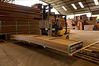 Processo de produção de painéis, pisos e decks .<br /> Distrito industrial, Ananindeua, Pará, Brasil.<br /> Foto: Lucivaldo Sena<br /> 04/2013