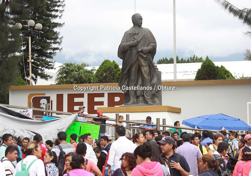 Oaxaca de Juárez, Oax. 26/10/2015.- Este lunes, integrantes de la sección 22 del Sindicato Nacional de Trabajadores de la Educación (SNTE), efectuaron como actividad acordada durante su asamblea estatal, el acordonamiento de las instalaciones del Instituto Estatal de Educación Pública de Oaxaca (IEEPO), por lo que durante este acto de protesta, elementos de seguridad resguardaron el interior de la dependencia gubernamental.<br /> <br /> Cabe destacar que dentro de las principales demandas durante esta manifestación magisterial, estuvieron: la exigencia de una mesa de negociación con el gobierno, respuestas inmediatas al pliego petitorio, respeto a los derechos de los trabajadores de la educación, y el rechazo a la imposición del decreto de la desaparición del IEEPO.
