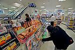 Prateleiras de farmácia em Londres. Inglaterra. 2008. Foto de Juca Martins.
