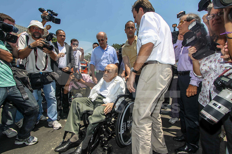 File photo of 08/02/2012 shows the architect Oscar Niemeyer during the next visit to the Rio de Janeiro Mayor Eduardo Paes's works Sambodromo Marques de Sapucai. Niemeyer, of 104 years, hospitalized for 33 days at Samaritan Hospital in Botafogo, due to a kidney infection, died on Wednesday (05). (PHOTO: GUTO MAIA / BRAZIL PHOTO PRESS).