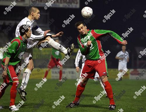 2008-11-29 / Voetbal / Oosterzonen - Houtvenne / Yves Claes kopt de bal weg voor een aanstormende Kenny Geudens van Oosterzonen...Foto: Maarten Straetemans (SMB)