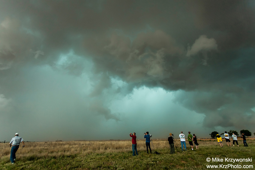 Storm chasers photographing a supercell thunderstorm in Texas, May 26, 2014