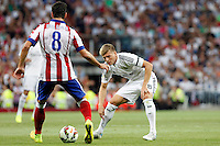 Toni Kroos of Real Madrid and Raul Garcia of Atletico de Madrid during La Liga match between Real Madrid and Atletico de Madrid at Santiago Bernabeu stadium in Madrid, Spain. September 13, 2014. (ALTERPHOTOS/Caro Marin)