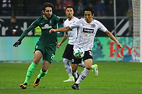 Makoto Hasebe (Eintracht Frankfurt) gegen Ilshak Belfodil (SV Werder Bremen) - 03.11.2017: Eintracht Frankfurt vs. SV Werder Bremen, Commerzbank Arena