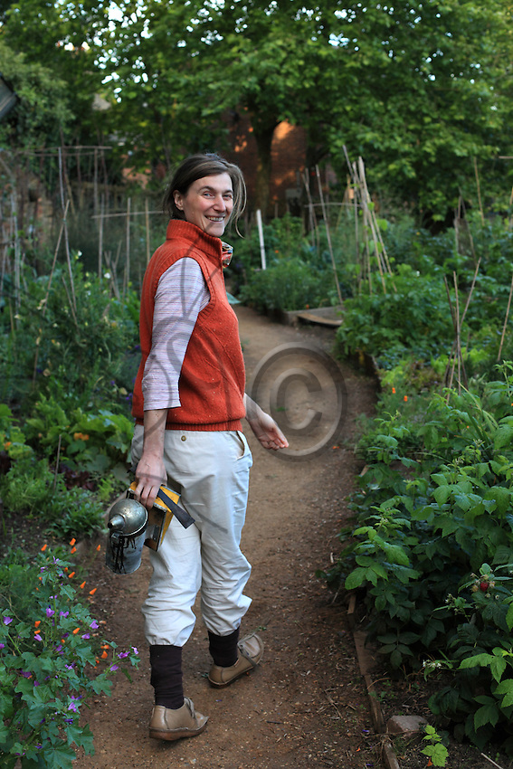Alessia Bolis, 41 years old, in King Henry's Walk Garden near Islington, a community garden created three years ago and where she gives daily beekeeping classes at the apiary. This magnificent organic community garden in Islington was opened at the end of 2007. It is open to the public and is managed by the volunteers who created it.
