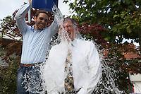 Bürgermeister Andreas Rotzinger lässt sich von Gemeinde-Praktikant Max Hochstätter einen eiskalten Eimer Wasser überschütten für den guten Zweck