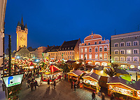 Deutschland, Bayern, Niederbayern, Straubing: Christkindlmarkt auf dem Theresienplatz mit Stadtturm | Germany, Lower Bavaria, Straubing: Christmas Market at Theresien Square with City Tower