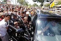 ATENÇÃO EDITOR: FOTO EMBARGADA PARA VEÍCULOS INTERNACIONAIS. - RIO DE JANEIRO,RJ, 06 DE OUTUBRO DE 2012- MARCELO FREIXO CANDIDATO A  PREFEITURA DO  RIO DE  JANEIRO PARTICIPA DE  ABRAÇO SIMBÓLICO NO MARACANÃ- Na foto: mãe do Marcelo Freixo sendo  amparada  após  passar  mal.O candidato a  prefeitura do  Rio de Janeiro, Marcelo Freixo parcitipa  no iníci da tarde deste sábado (6) de  um abraço simbólico ao estádio do maracanã, RJ, parte da  sua  campanha política.<br /> ( GUTO MAIA / BRAZIL PHOTO PRESS )