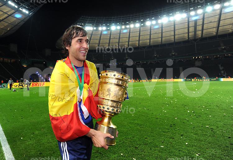 FUSSBALL      DFB POKAL FINALE       SAISON 2010/2011 MSV Duisburg - FC Schalke 04          21.05.2011 FC Schalke 04 feiert den Sieg mit der Trophaee JUBEL MIT DEM POKAL  Raul (FC Schalke 04)