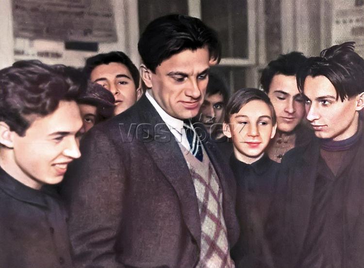 Владимир Маяковский среди молодежи на выставке (1930) / Vladimir Mayakovsky among young people at the show (1930)
