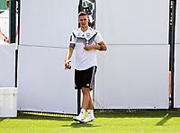 Niklas Süle (Deutschland Germany) betritt den Trainingsplatz - 26.05.2018: Training der Deutschen Nationalmannschaft zur WM-Vorbereitung in der Sportzone Rungg in Eppan/Südtirol