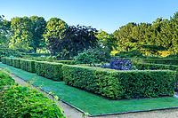 France, Loir-et-Cher (41), Cellettes, Château de Beauregard et le parc, Jardin des Portraits imaginé par Gilles Clément, chambres entourées de haies de charmes