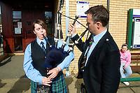 """Traditionelles Oban Music-Festival.<br /> Die Staemme der Region treten bei dem mehrtaegigen Festival mit """"Bagpipes and Drums"""" (Dudelsack und Trommel) zum Wettstreit an.<br /> Die Bagpipes werden exakt gestimmt.<br /> 3.5.2008, Oban/Schottland<br /> Copyright: Christian-Ditsch.de<br /> [Inhaltsveraendernde Manipulation des Fotos nur nach ausdruecklicher Genehmigung des Fotografen. Vereinbarungen ueber Abtretung von Persoenlichkeitsrechten/Model Release der abgebildeten Person/Personen liegen nicht vor. NO MODEL RELEASE! Nur fuer Redaktionelle Zwecke. Don't publish without copyright Christian-Ditsch.de, Veroeffentlichung nur mit Fotografennennung, sowie gegen Honorar, MwSt. und Beleg. Konto: I N G - D i B a, IBAN DE58500105175400192269, BIC INGDDEFFXXX, Kontakt: post@christian-ditsch.de<br /> Bei der Bearbeitung der Dateiinformationen darf die Urheberkennzeichnung in den EXIF- und  IPTC-Daten nicht entfernt werden, diese sind in digitalen Medien nach §95c UrhG rechtlich geschützt. Der Urhebervermerk wird gemaess §13 UrhG verlangt.]"""